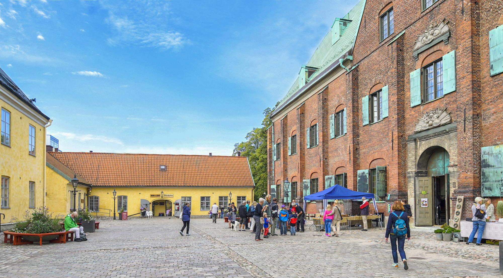 Evenemang på Kronhusgården. Till vänster syns Kronhusbodarna och till höger syns Kronhuset.