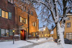 Utanför Kronhuset entré en snöig vinterdag