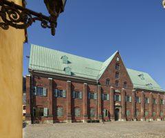 Utanför den röda tegelbyggnaden Kronhuset.