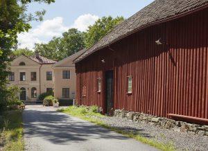 Grusväg som leder in till Kvibergsnäs Landeri. Till höger ligger den röda ladan som har restaurerats..