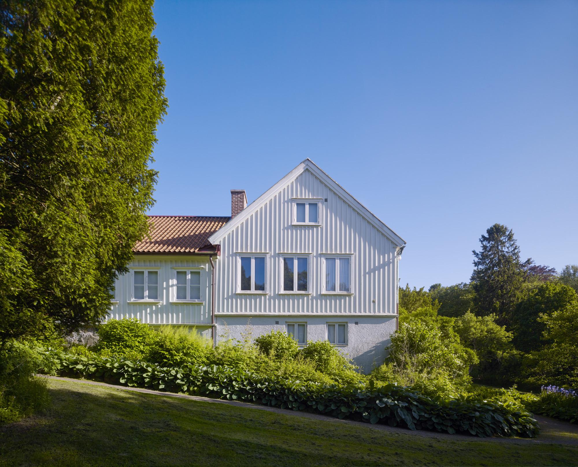 Bild på del av Lilla Änggården med trädgård