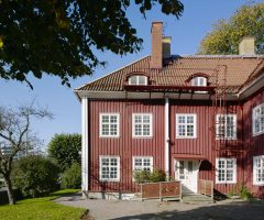 Utsidan av det röda trähuset Mariagården.