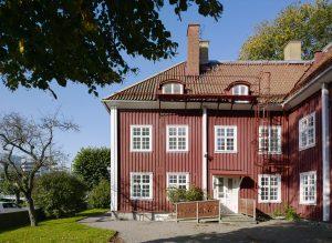 Framsidan av det röda trähuset Mariagården