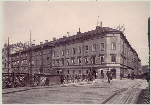 Bro över till Radheska Huset 1901. Människor passerar.