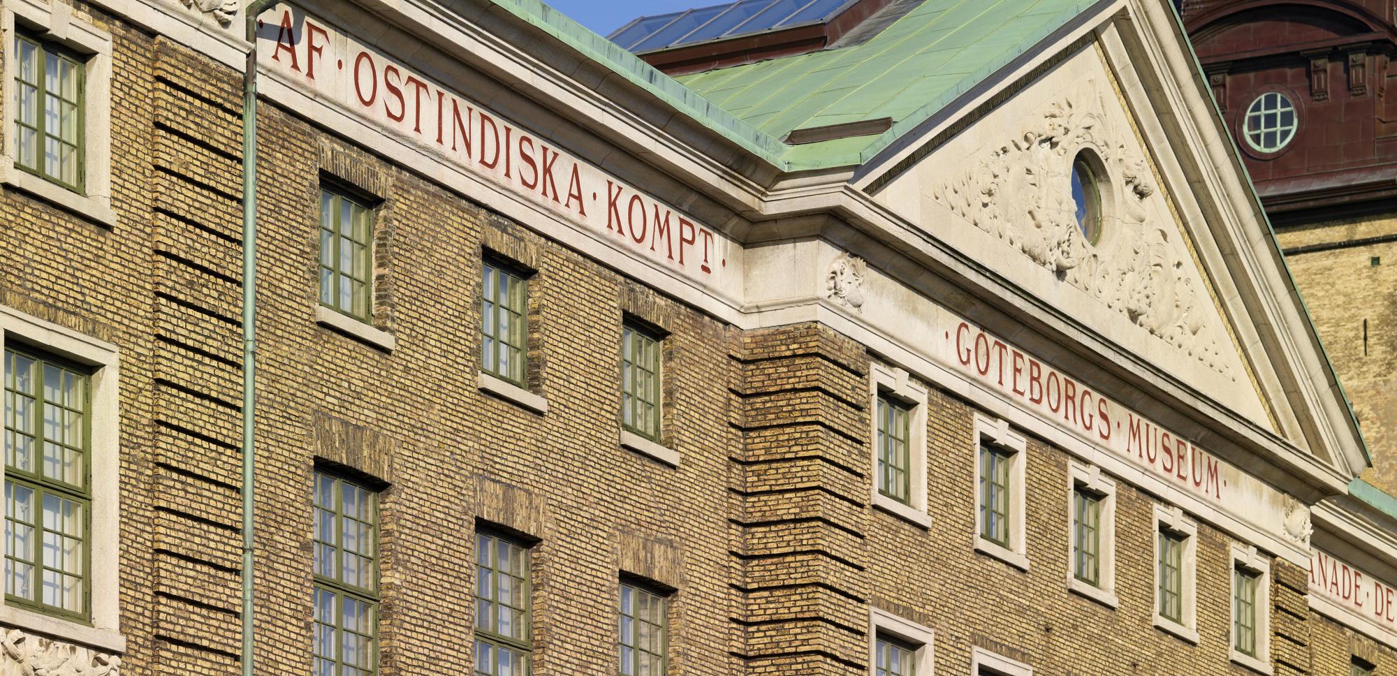 """Närbild på den gula tegelbyggnaden Ostindiska Huset med inskriptionen """"AF OSTINDISKA KOMPT."""""""