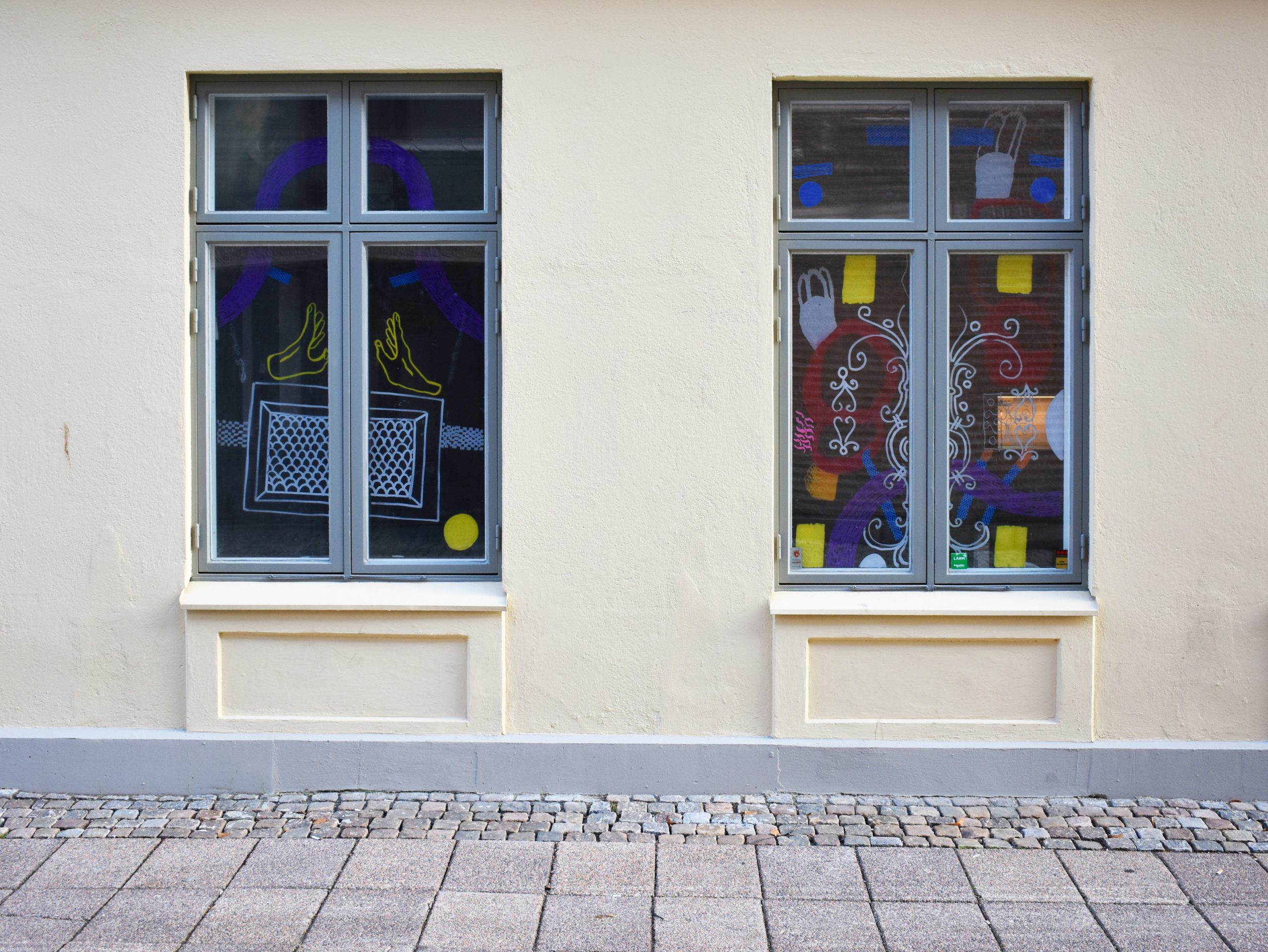 Anni Tuikkas konstverk i fönstren på Postgatan 31 som gjordes 2019