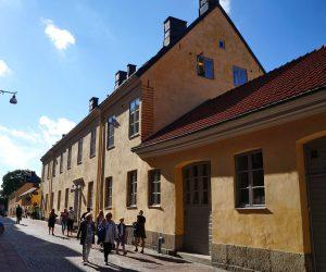 Människor passerar utsidan av Kronhusbodarna på Postgatan