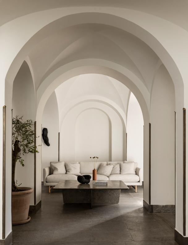 Interiörbild med soffa och valv från Norra Hamngatan 10