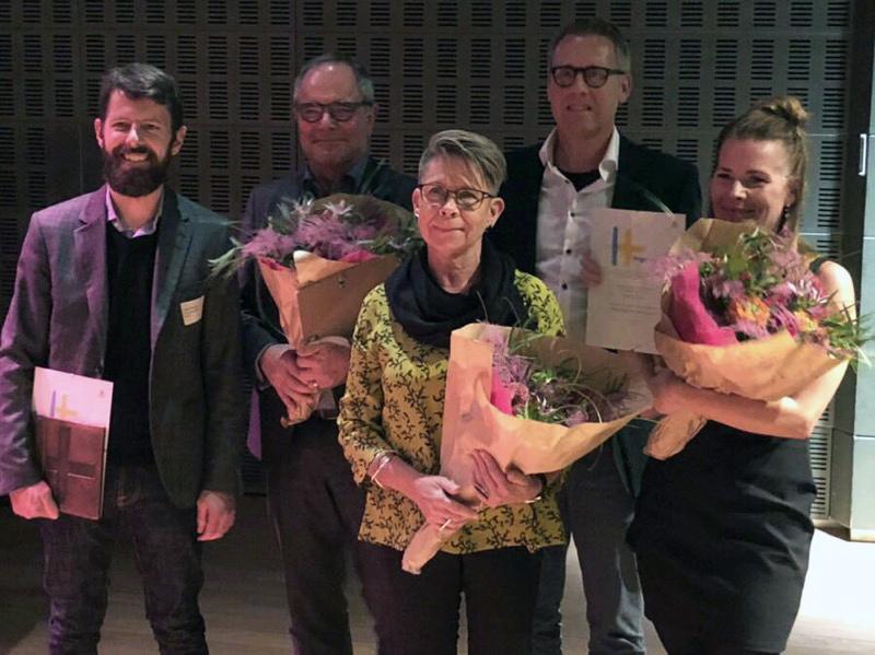 Representanter från Higab och GAJD Arkitekter med blommor, diplom och pris i händerna