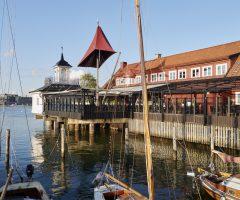 Båtar står uppradade i vattnet utanför Sjömagasinet.