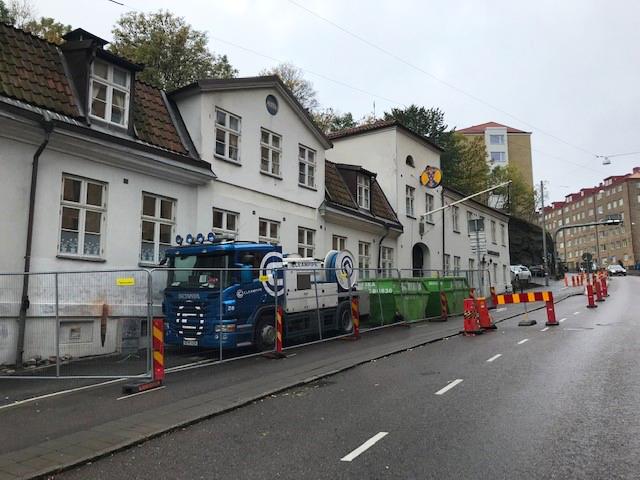 Sjömanshusets exteriör mot Stigbergsliden med byggstaket framför