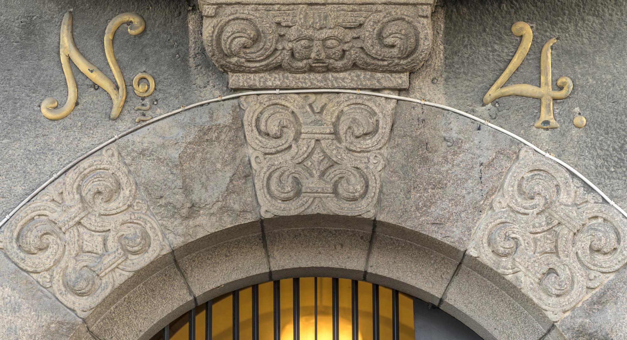"""Detaljbild på porten till Skeppsbron 4. På fasaden står det """"N.4."""""""