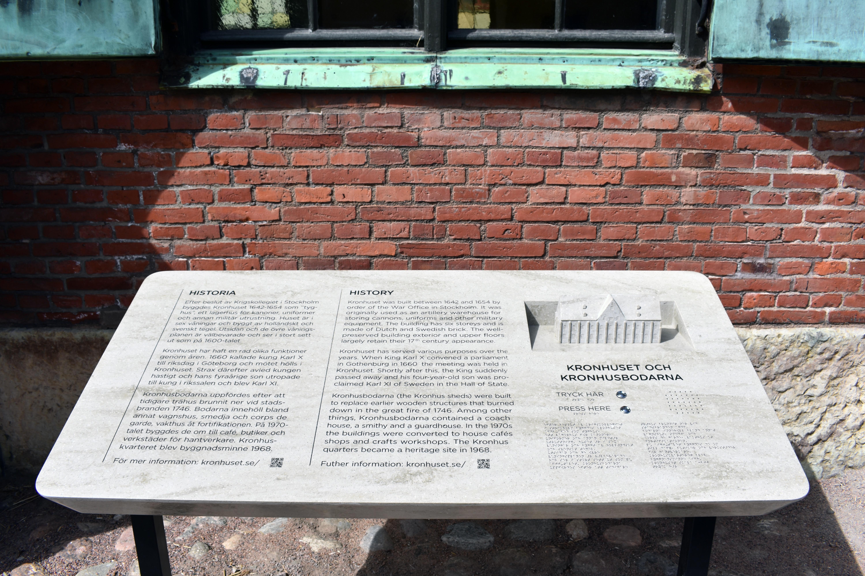 LIggande skylt på stativ framför Kronhuset
