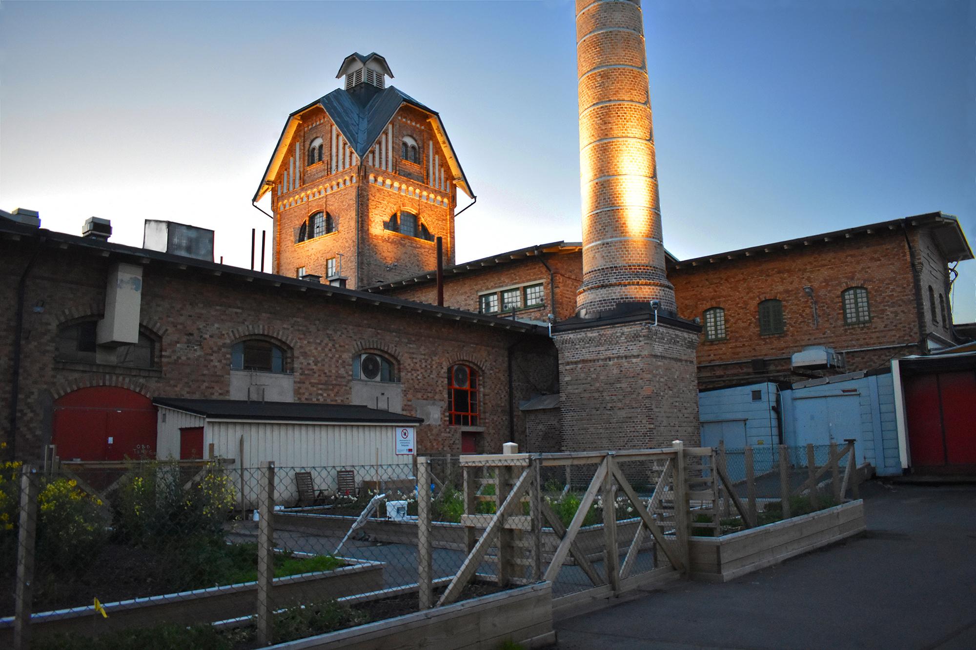 Belyst skorsten och torn i Slakthuset