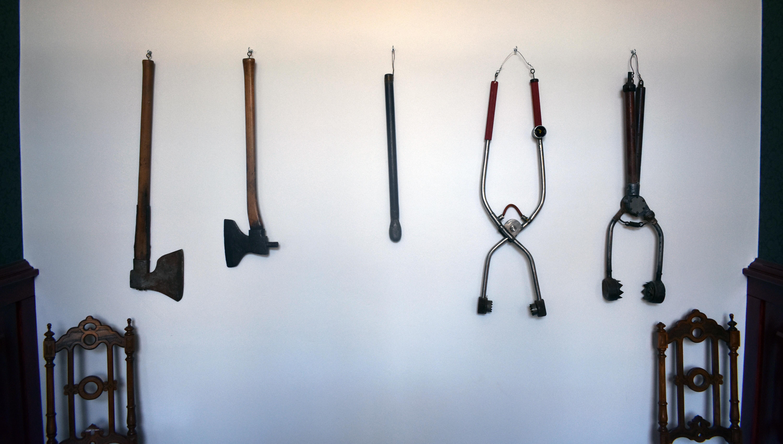 Slaktredskap som hänger på vägg
