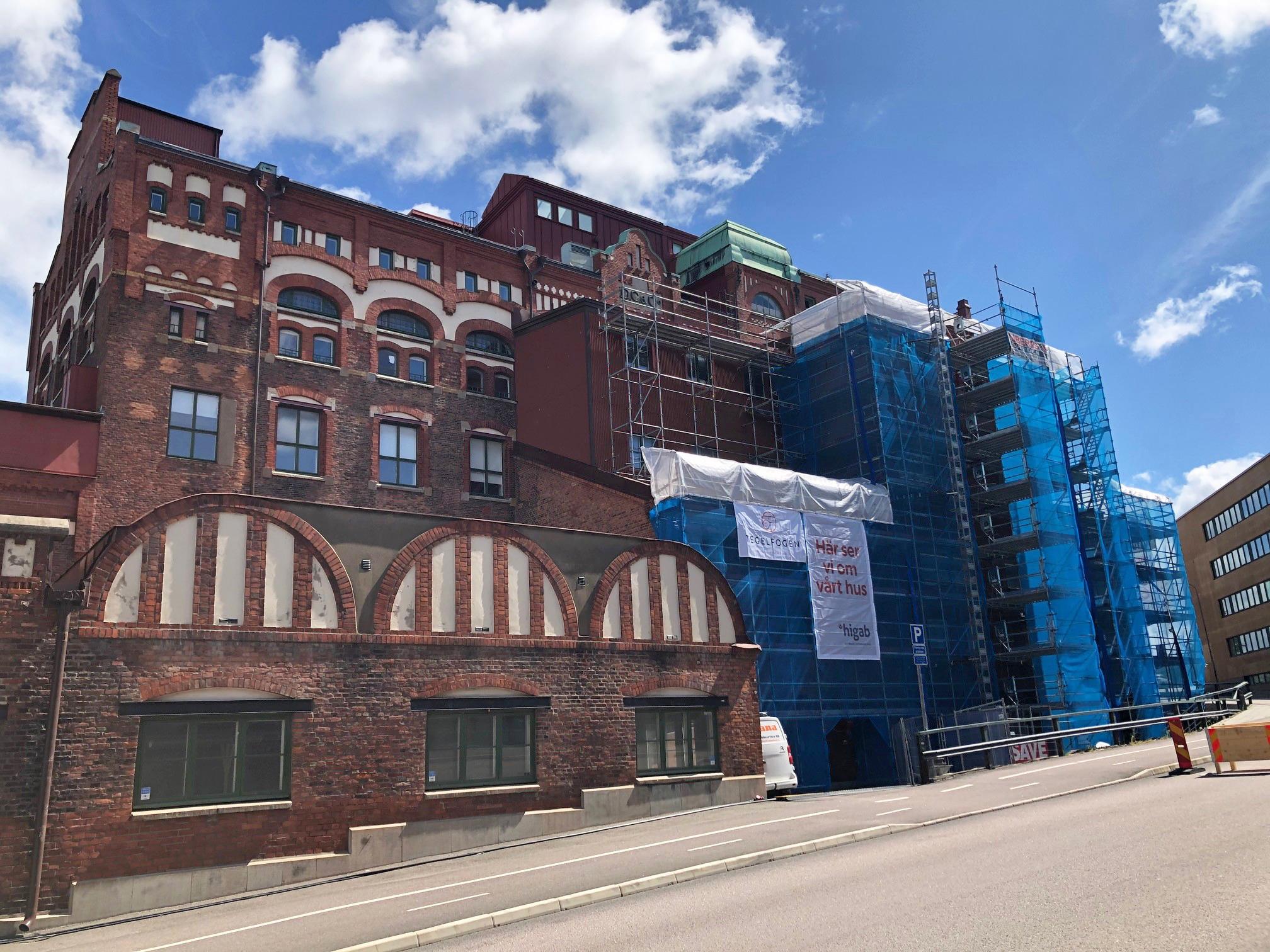 Exteriörbild på Sockerbruket med byggnadsställningar