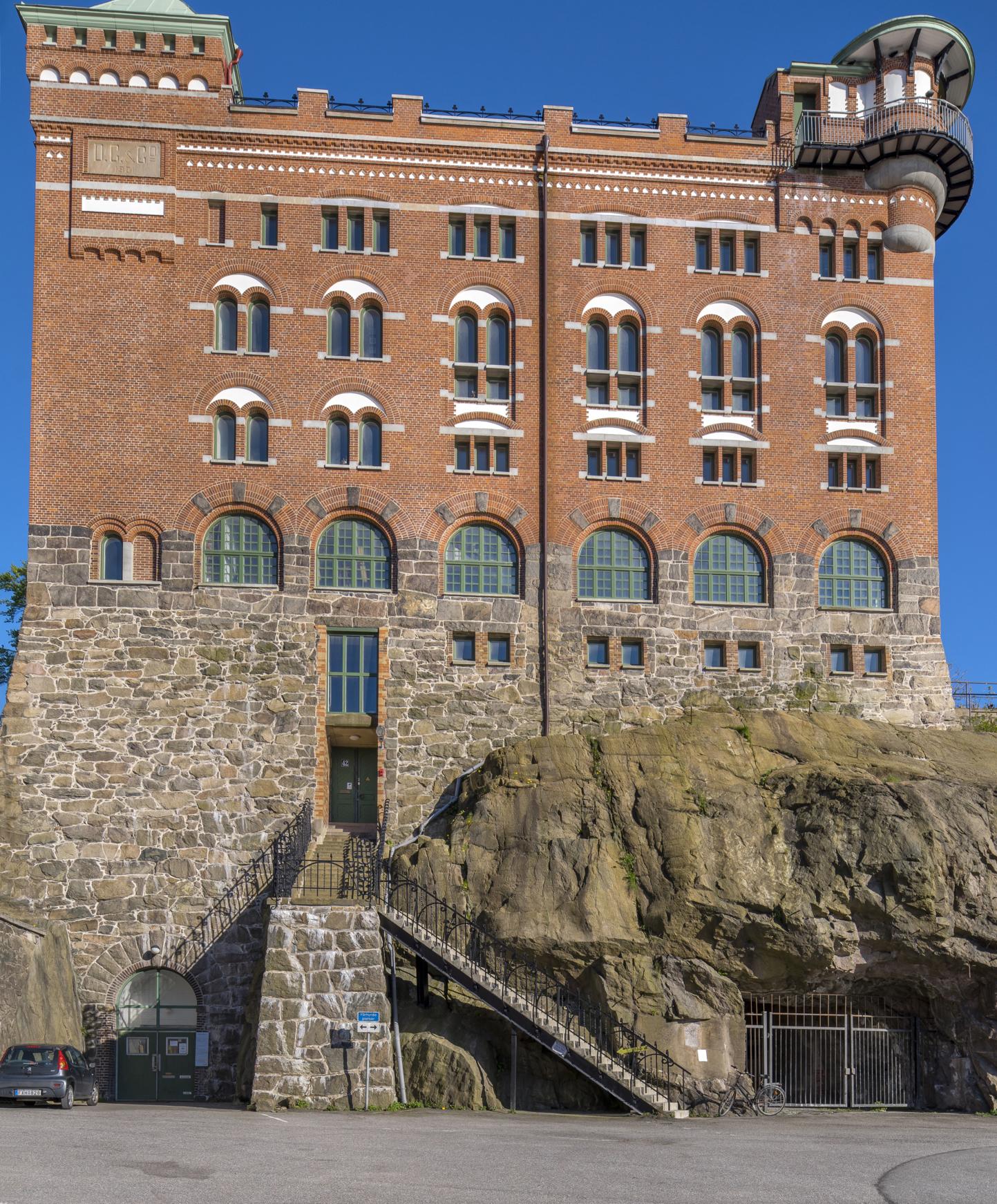 Sockerbrukets röda tegelfasad med torn.