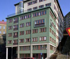 Bil utanför huset på Stora Badhusgatan 6.