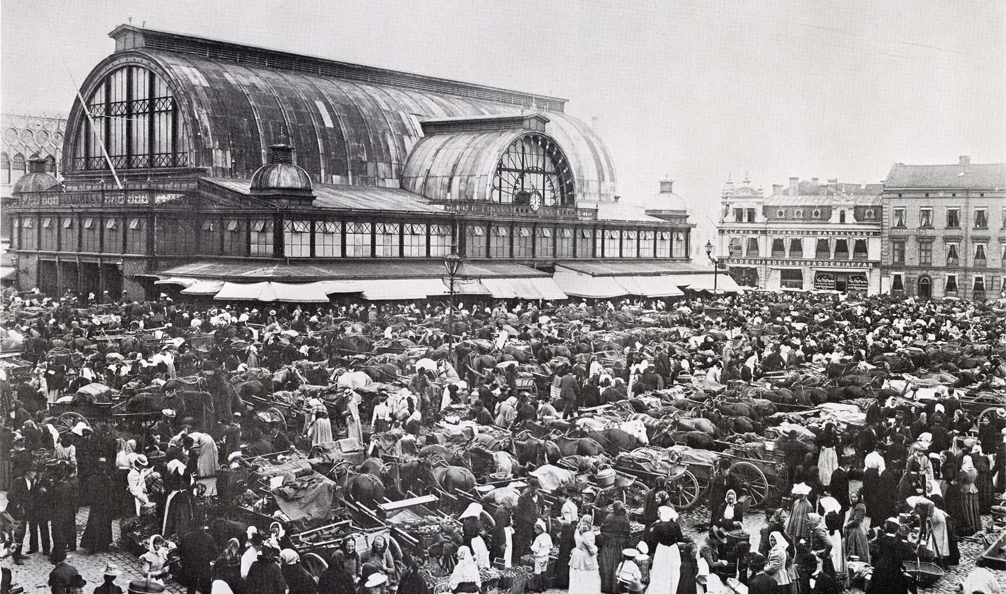 Myller med människor utanför Stora Saluhallen på 1890-talet.