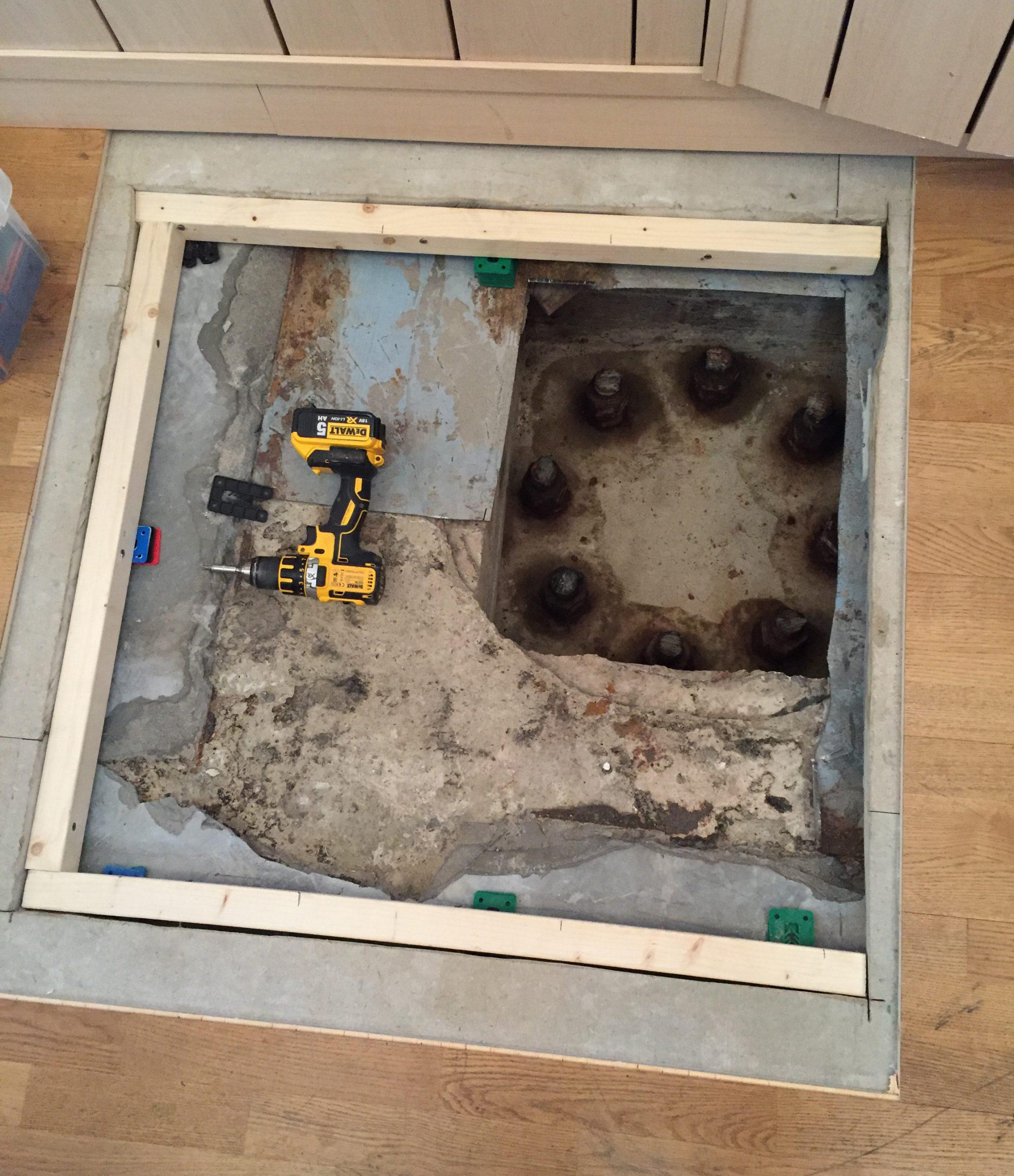 Ett uppsågat golv med åtta pålar under