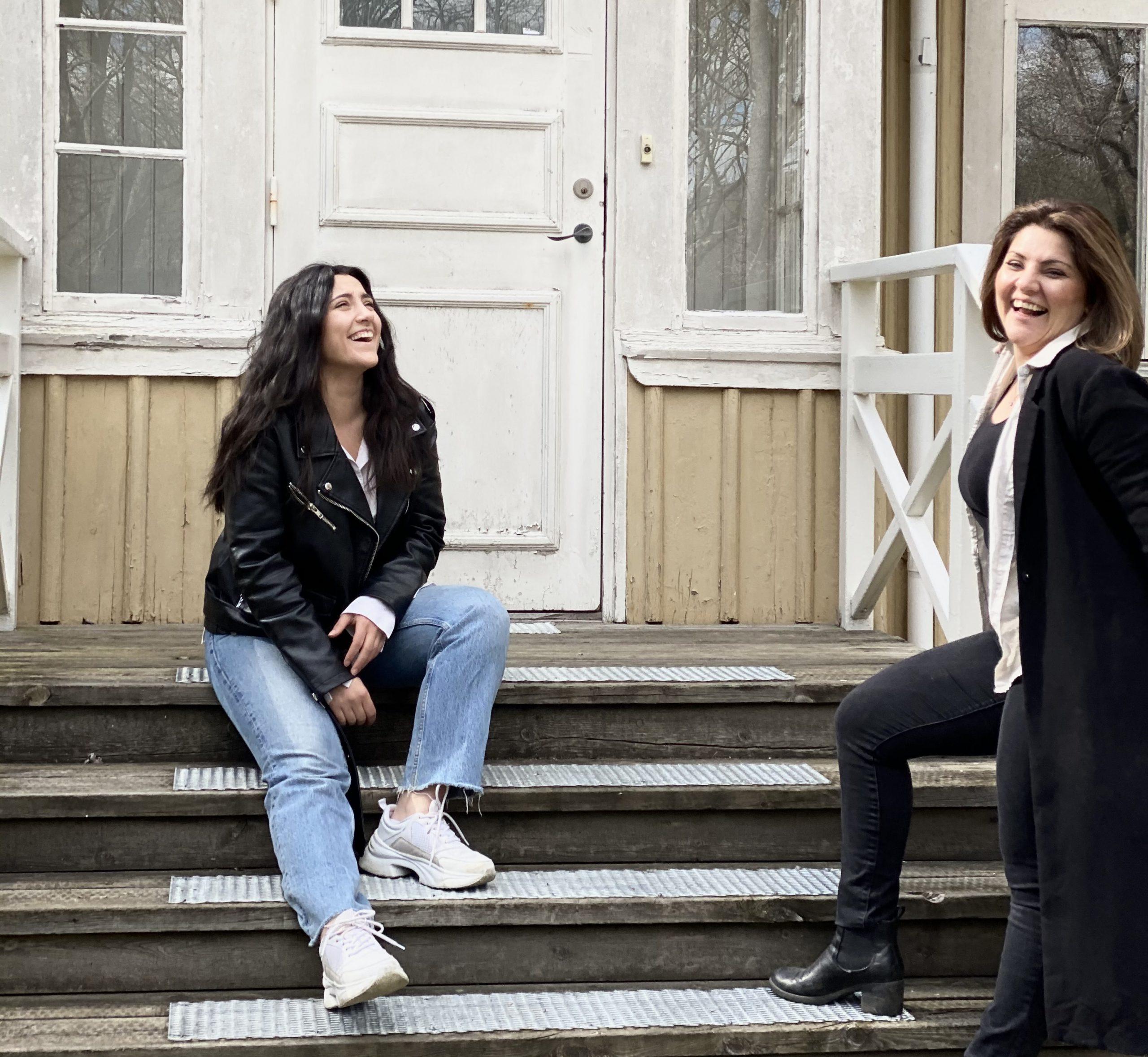 Systrarna Olady utanför Trädgårdsmästarbostaden