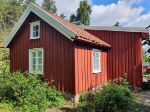 Utsidan av det rödmålade Torpet Klara.