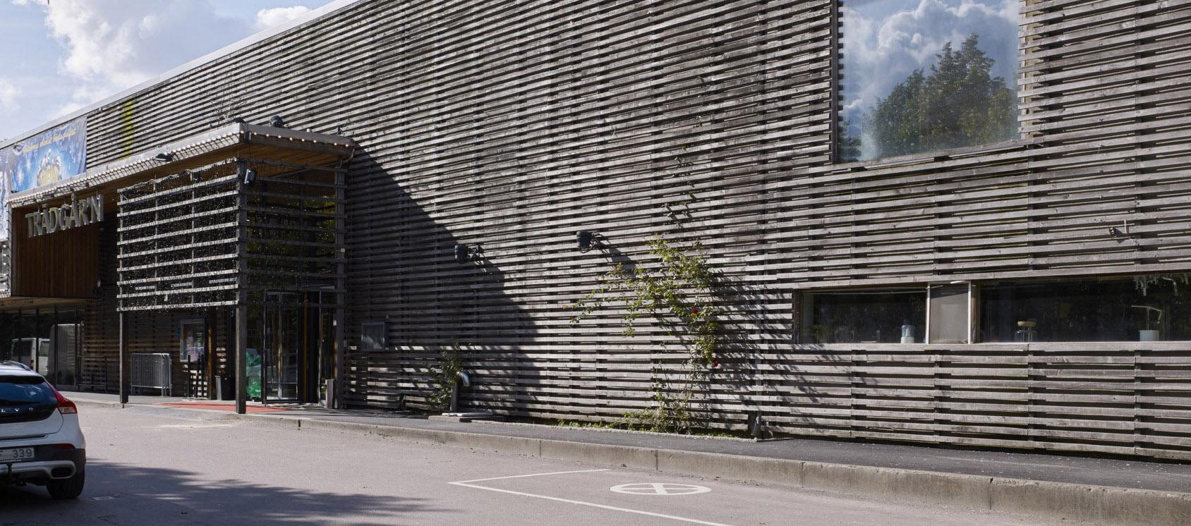 Framsidan av träbyggnaden Trädgår'n.