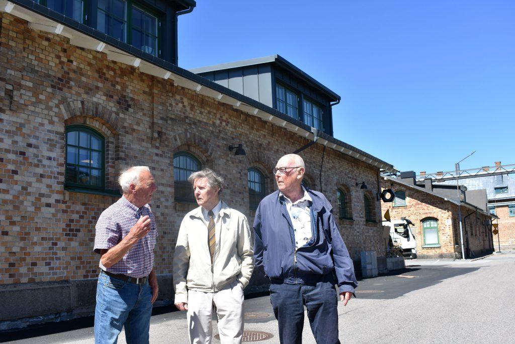 Bo Bengtsson, John Calvin och Taylor Holmén står och diskuterar utanför Slakthuset