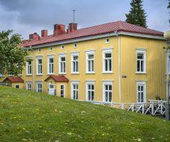 Grönska runt den gula träbyggnaden Bagaregårdens Landeri.