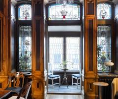 Påkostad och välbevarad interiör med stora och spröjsade fönster inne i Gegerfeltska Villan.
