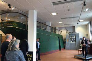 Kommunstyrelsens ordförande Ann-Sofie Hermansson (S) inviger den nya utställningen på Emigranternas hus.