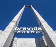 Betongpelare med texten Bravida Arena.
