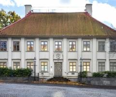 Utsidan av den gråa byggnaden Gathenhielmska Huset.