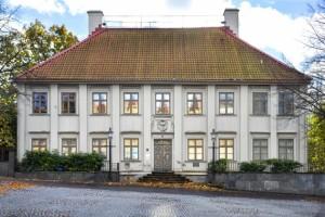 Framsidan av träbyggnaden Gathenhielmska Huset vid Stigbergstorget.
