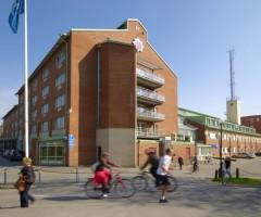 Folk i rörelse utanför Huvudbrandstationen i Gårda.