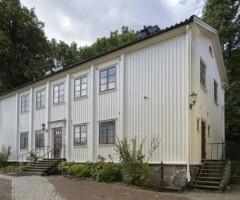 Utanför ett av husen vid Johannebergs Landeri.