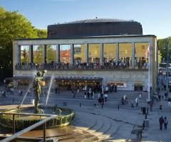 Folk i rörelse framför Konserthuset vid Götaplatsen.