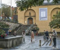 Folk i rörelse vid Götaplatsen framför Konsthallen.