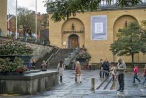 Exteriörbild på Göteborgs konsthalls entré med trappa