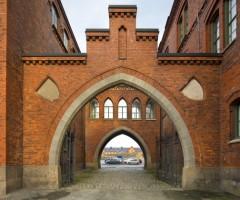 Bågformad portal in till Kvibergs Kaserner.