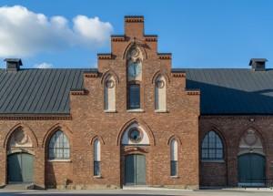 Framsidan av tegelbyggnad på Kvibergs Kaserner.
