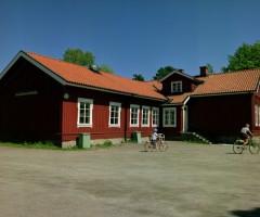 Utsidan av det röda trähuset på Letsegårdsvägen 81.