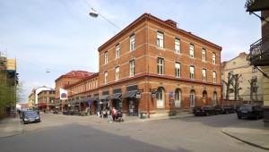 Hörnet av den röda tegelbyggnaden Saluhall Briggen.