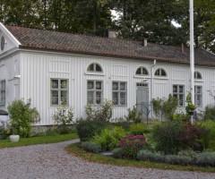 Utsidan av en av de vitmålade husen vid Stora Katrinelund.