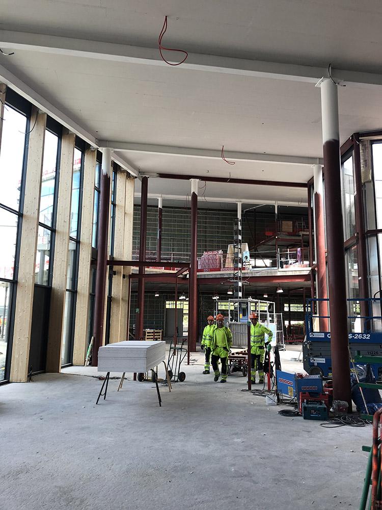 Byggnadsarbetare står inne i kulturhuset.