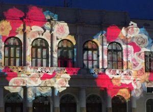 Färgglada mönster lyser upp stenhuset Börsens fasad.