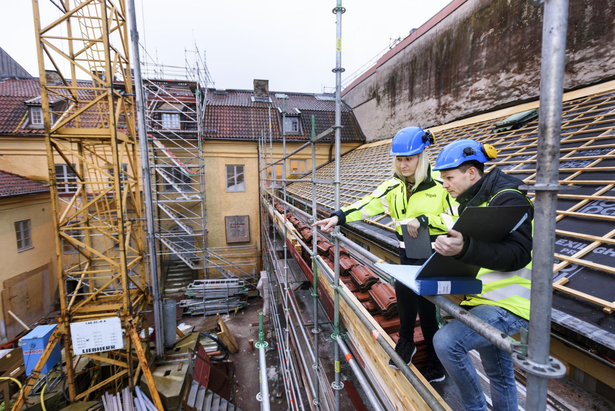 Två Higab-medarbetare tittar ut över byggarbetsplats
