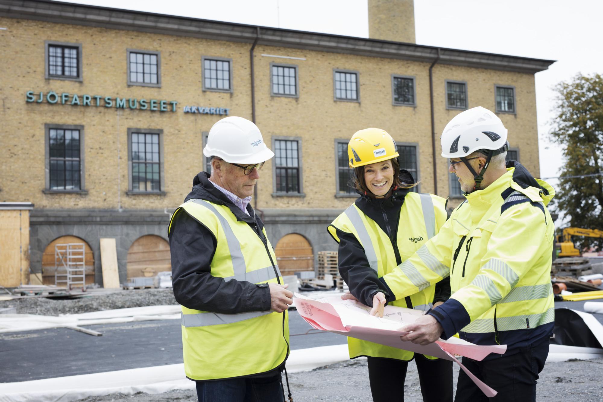 Tre medarbetare på Higab står på en byggarbetsplats.