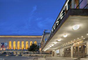 Utanför Konserthuset och Göteborgs stadsmuseum under kvällstid.