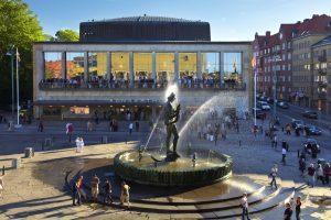 Vatten sprutar ur fontänen på Götaplatsen och folk samlas runt Götaplatsen och Konserthuset